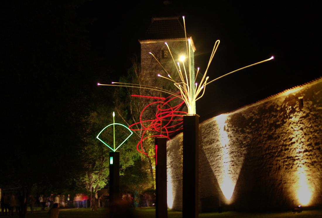 3 Orixas, Lichtskupturengruppe von Tilmann Krieg auf dem Lichtkunstfestival Berchinale, Berching 2005 Danach permanent Sammlung Akademie Licht, Bernhard Mann, Berching