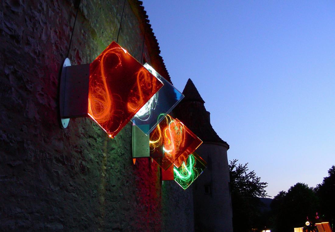 """Himmel und Erde - Lichtinstallation von Tilmann Krieg auf dem Lichtfestival """"Berchinale"""" 2007 (Teilansicht) Auf dem Boden liegen entsprechende Farbfelder, dem Spiel """"Himmel und Erde"""" nachempfunden, die beim Betreten das Licht der Wandelemente aufleuchten und einen Ton erklingen lassen."""